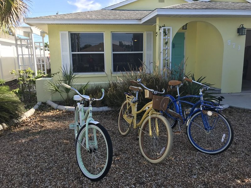 Newly Furnished, 15 minute walk to the Beach!, holiday rental in Naples Park