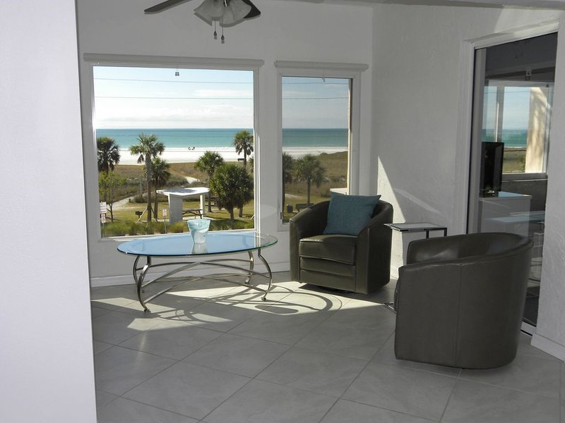 Breathtaking Full Gulf Views Steps From The White Sands Of Siesta Key Beach, vacation rental in Siesta Key