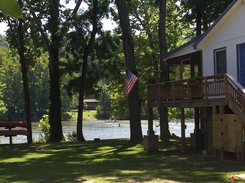 800 FEET OF WATER FRONT ON THE SHENANDOAH RIVER!!, holiday rental in Luray