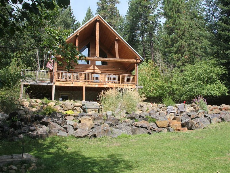Beautiful Log Home on Cda Lake, Grass to the Water!!!, holiday rental in Coeur d'Alene