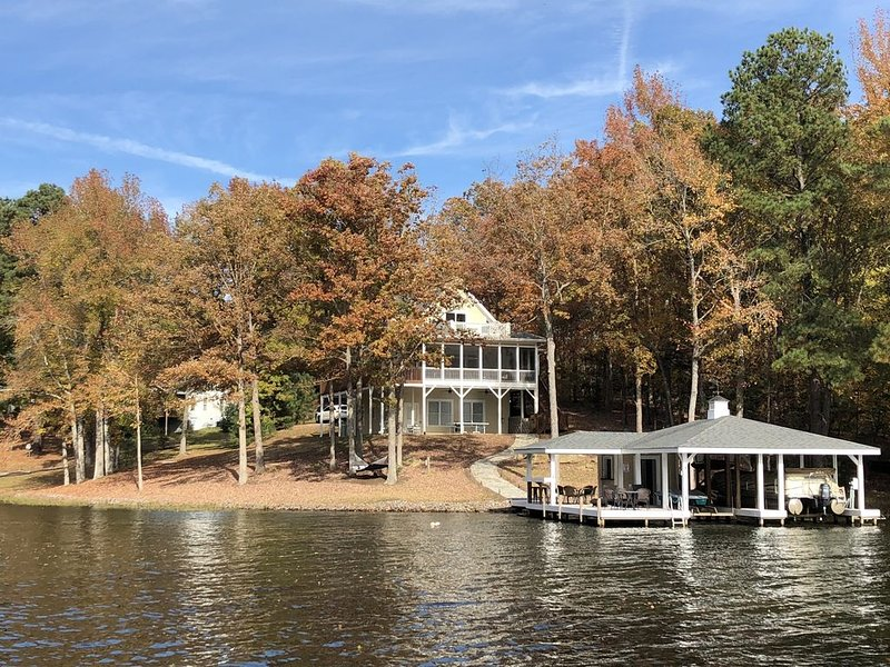 IN A COVE W/MAIN LAKE VIEW, TOWELS/LINENS, NEW DECOR, LOTS OF EXTRAS-A MUST SEE!, vacation rental in Gaston
