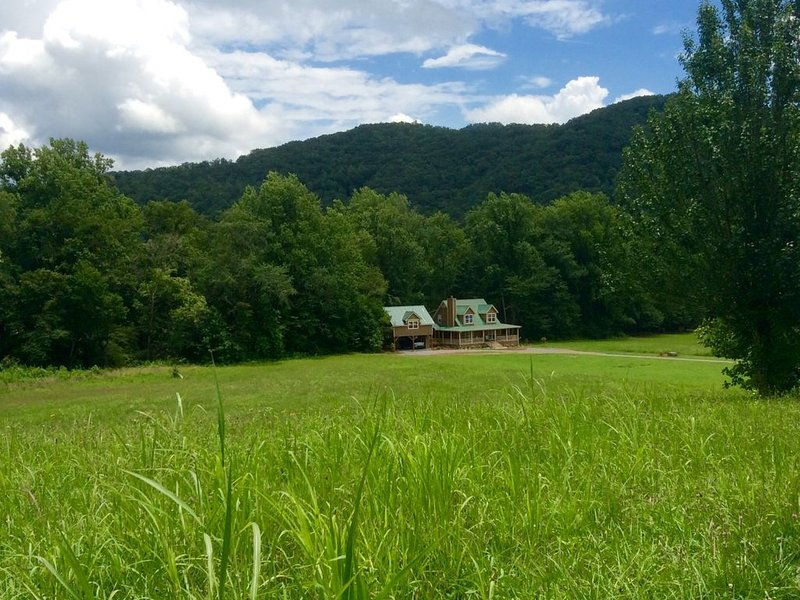 Big Trout on rushig creek! Surrounded by mountains and meadows.  Fire pit., holiday rental in Hayesville