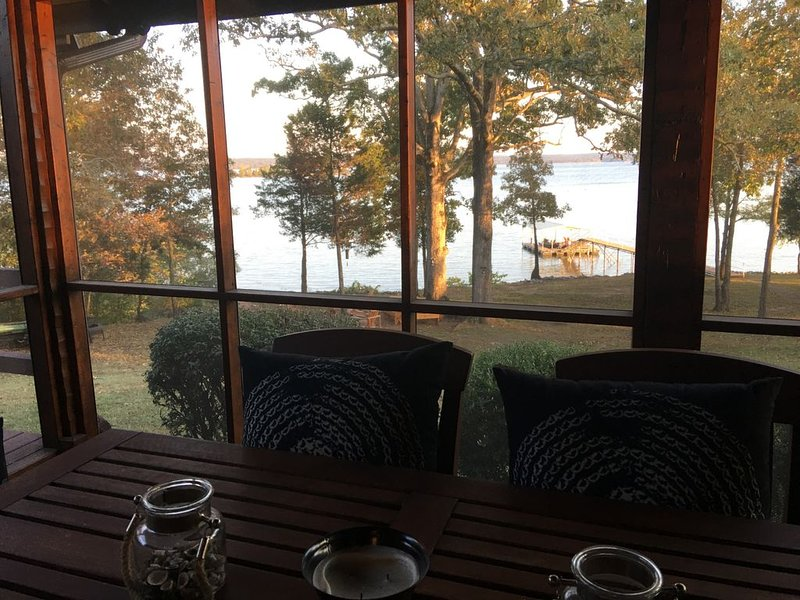 Wonderful Retreat On KY Lake ~ Amazing Views ~ Year Round Water ~ Private Dock, location de vacances à Bumpus Mills
