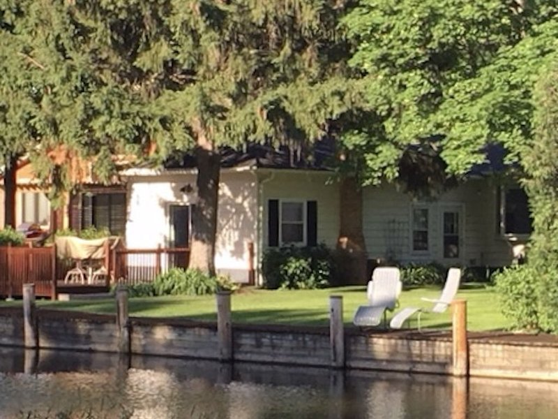 Quiet home on a channel in Winneconne, casa vacanza a Poy Sippi