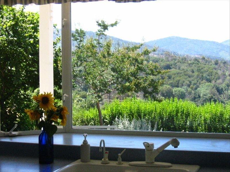 Vue sur les sommets des montagnes de Cuyamaca depuis la baie vitrée de la cuisine