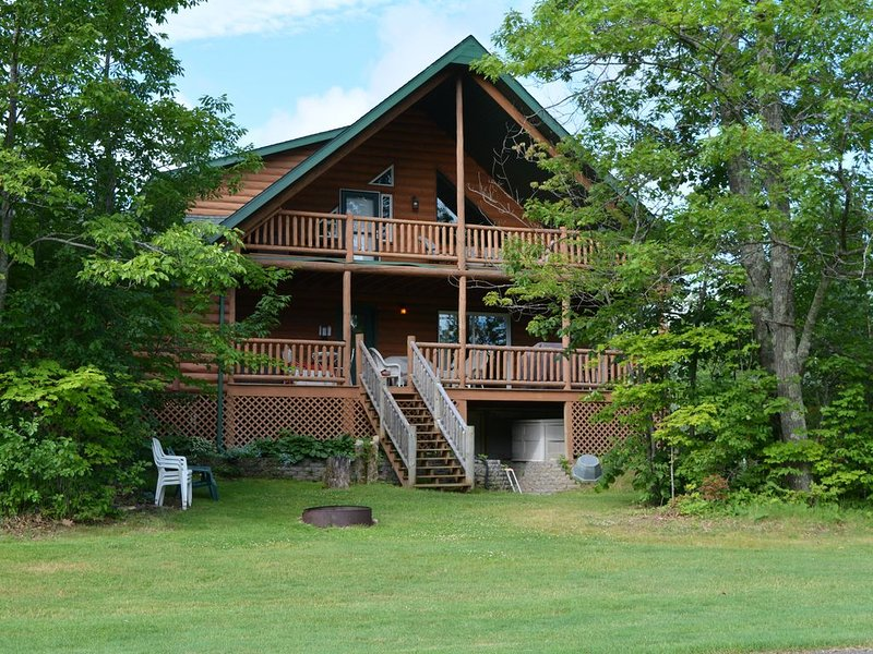Luxurious Log Home on Northwood Hills Golf Course, Direct TV/WiF, holiday rental in Vineland