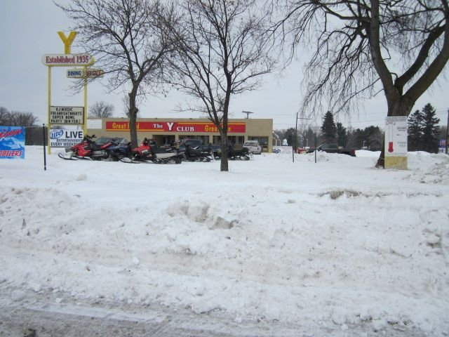 Disfrute de nuestros muchos senderos bien cuidados. Motos de nieve en el Y Club. Comida y Ent