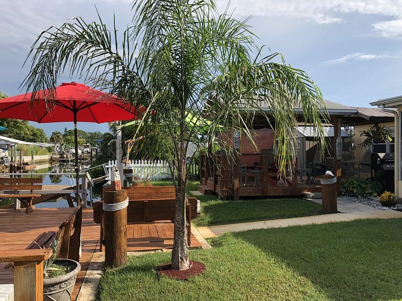 Gulf Access! Floating Dock To Tie Your Boat! Quiet Neighborhood., holiday rental in Hudson