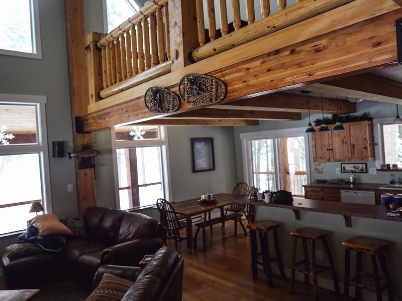 Beautiful Log House. Close to McCall. Tranquil & Spacious., holiday rental in New Meadows
