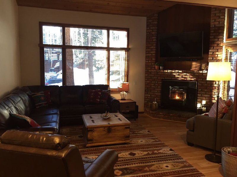 REMODELED 2 BR + LOFT / 2.25 BA (Sleeps 8) in Mammoth Lakes - Woodlands Complex, holiday rental in Mammoth Lakes
