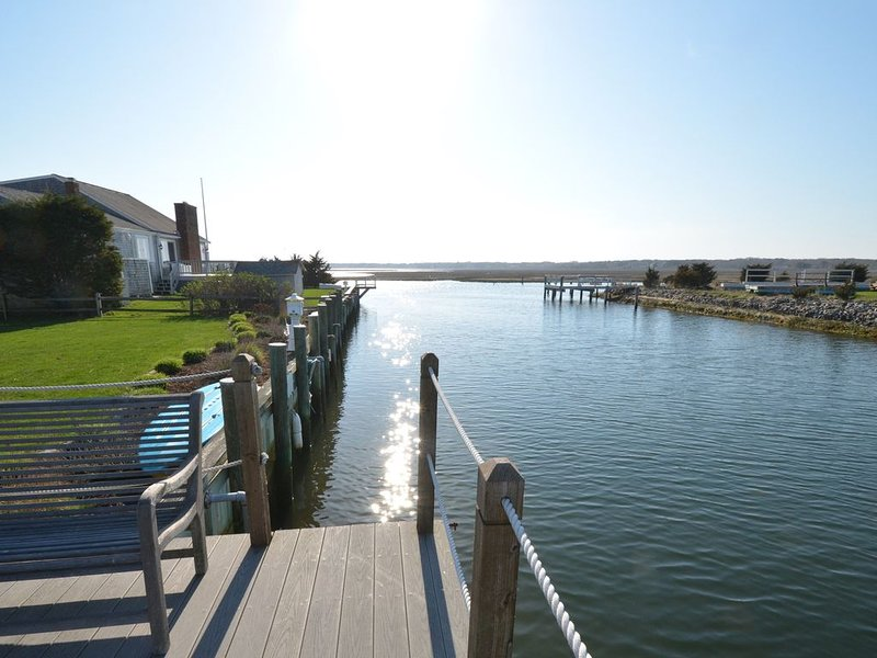 NEW - Beach 'n Boat House!!  Luxurious waterfront home w/private dock - amazing!, location de vacances à Yarmouth