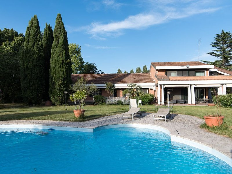 Villa 1000M2 Inside 10000M2 Outside With Swimming Pool 18 Sleeps, 9 Bedr, 9Bathr, holiday rental in Isola Farnese