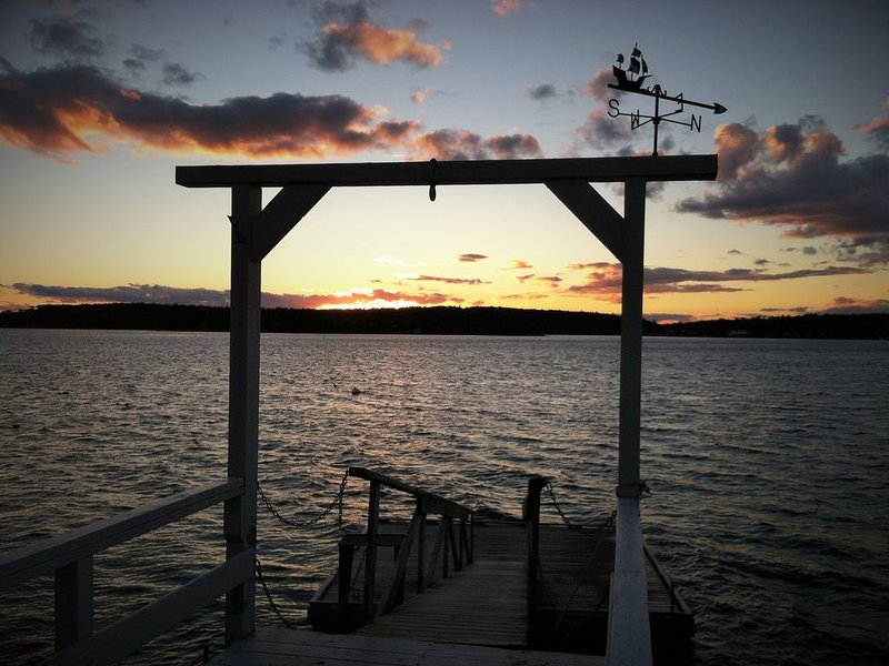 Tranquil!!  Oceanfront Sunsets with beach, pier,and deep water access, alquiler vacacional en Boothbay