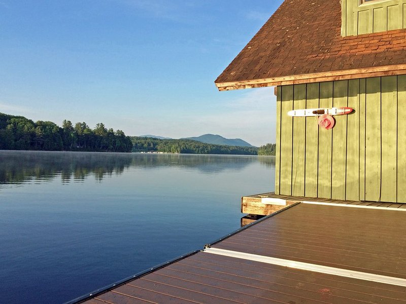Spectacular Waterfront Home, aluguéis de temporada em Saranac Lake
