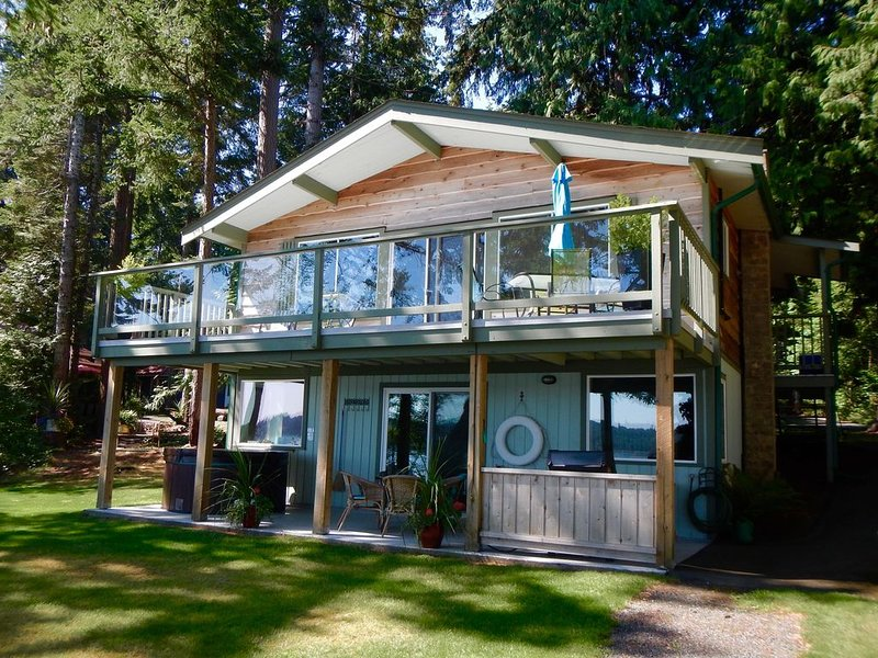 Tall Cedars Beach House - Oceanfront with hot tub, location de vacances à Comox Valley