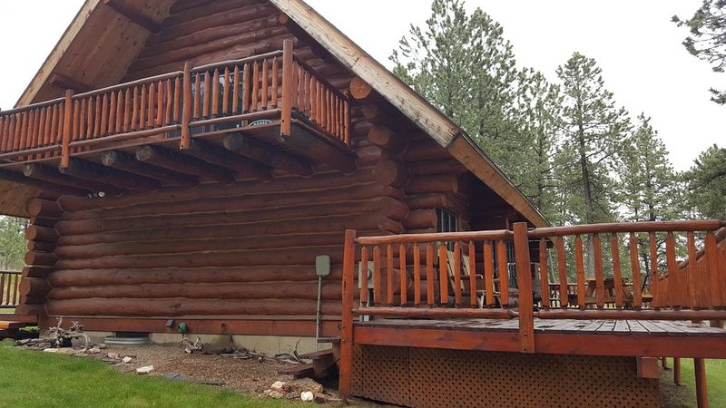 Beautiful Log Cabin on Secluded 14 Acres, casa vacanza a Custer