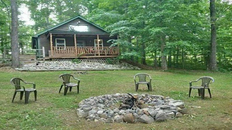 White Oak Ridge Cabins (Fishin' Hole), holiday rental in Golden Pond