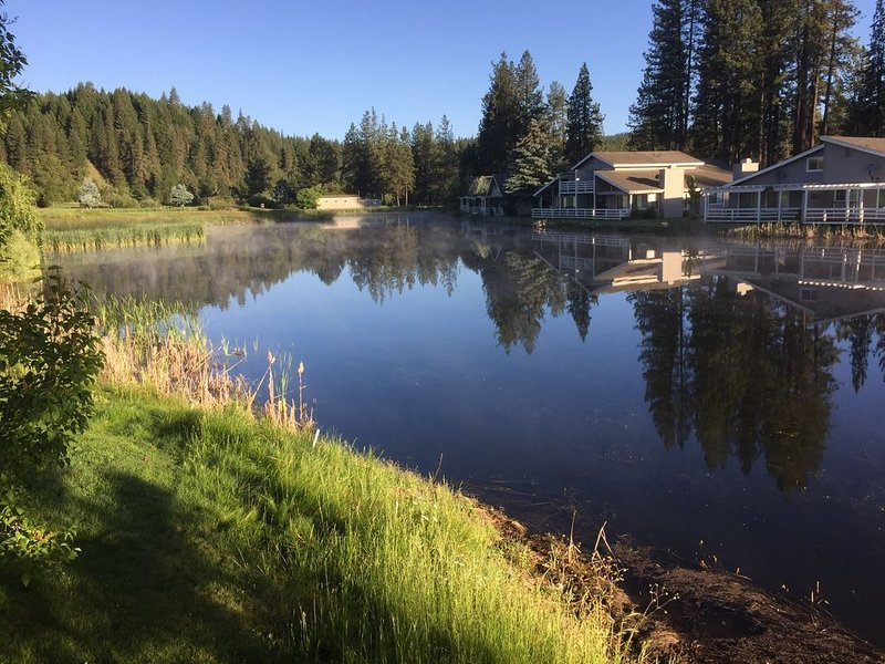 MOUNTAIN RETREAT ON BEAUTIFUL POND AND GOLF COURSE, holiday rental in Plumas County