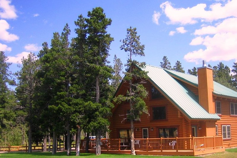 Large Beautiful Log Home in East Glacier Park, holiday rental in Browning