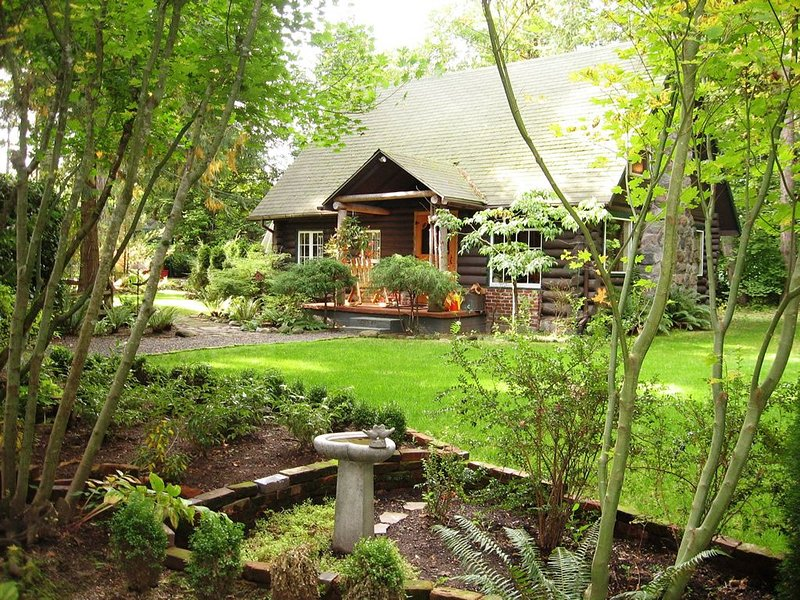 Gated Log Cabin featured in national magazines w/hot tub and beautiful gardens., holiday rental in Sandy