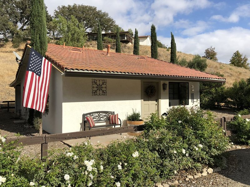 Secluded Wine Country Cottage in the Rolling Hills of Santa Ynez, 5 min to town, location de vacances à Santa Ynez