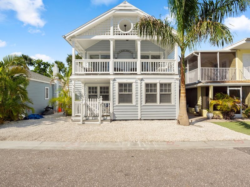 Blue Days Beach Cottage -- Single Family Homes, holiday rental in Redington Shores