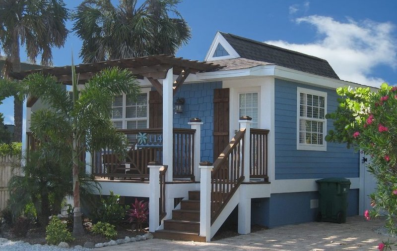 Best Little Beach House on Anna Maria Island...With a pool, holiday rental in Holmes Beach