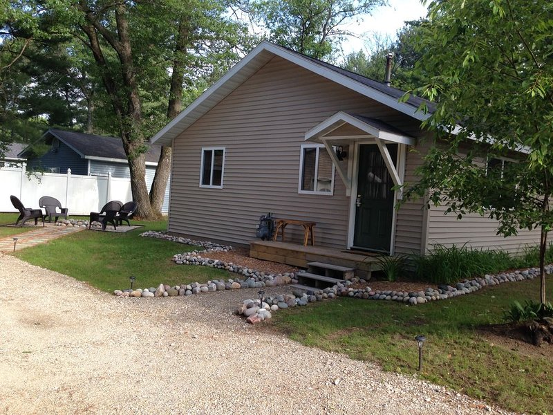 Open All Year * Ausable River Access * Newly Remodeled!, location de vacances à Higgins Lake