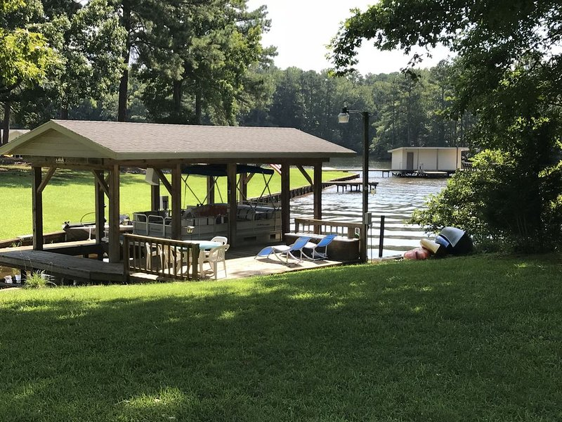 Beautiful 5 bedroom, 3.5 bath home on a quiet cove on Lake Gaston, vacation rental in Gaston
