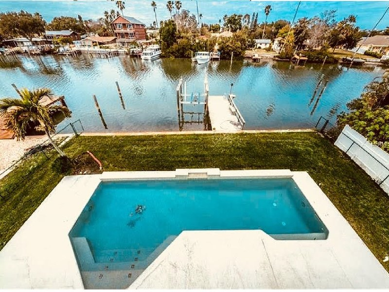 Flipper's Lagoon   Luxury Waterfront  Pool Home       Dolphins in Backyard Daily, vacation rental in Indian Rocks Beach