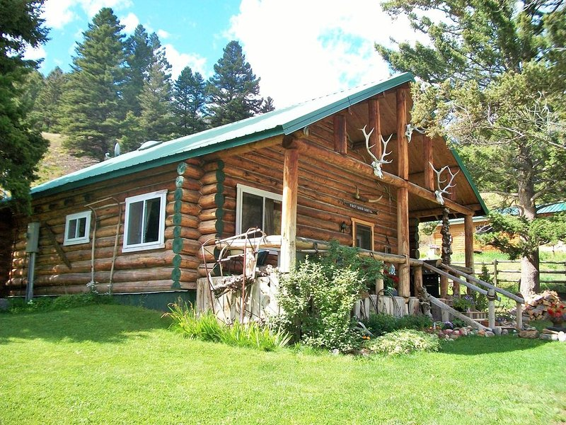 Unique Rustic Log House in Jardine, Montana, casa vacanza a Gardiner