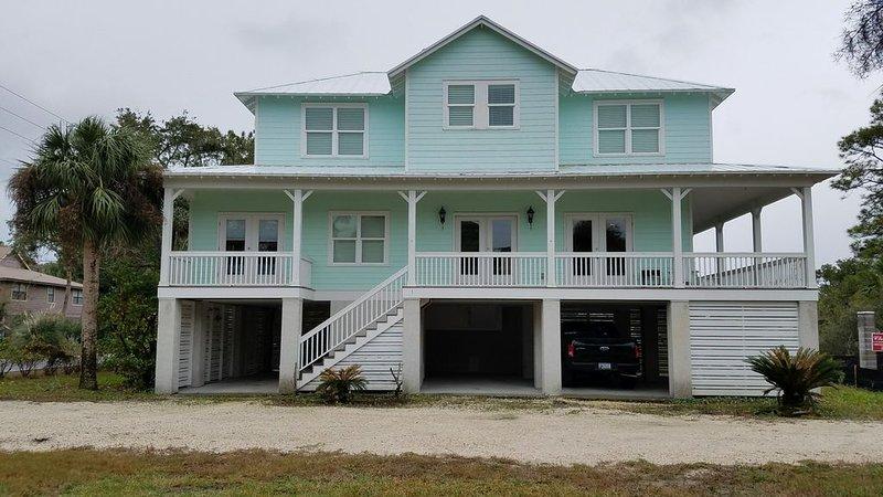 Beautiful remodeled 3 bedroom, 3 1/2 bath home three blocks from beach., location de vacances à Wilmington Island