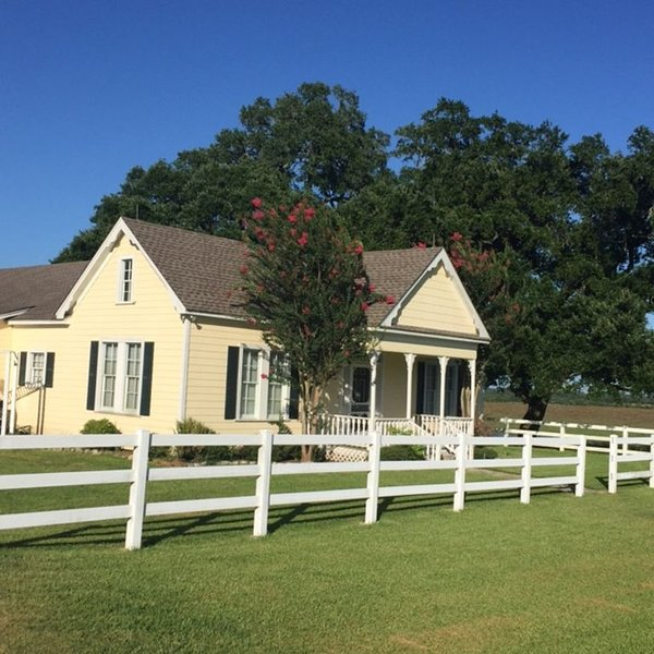 Charming Farmhouse Near Round Top With One-of-a-Kind Views!, holiday rental in New Ulm