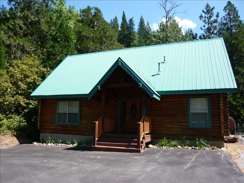Cozy Log Home on the Banks of the Upper Sacramento River, vacation rental in McCloud