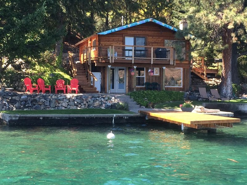 Low Bank Waterfront Cabin on Lake Chelan, aluguéis de temporada em Chelan