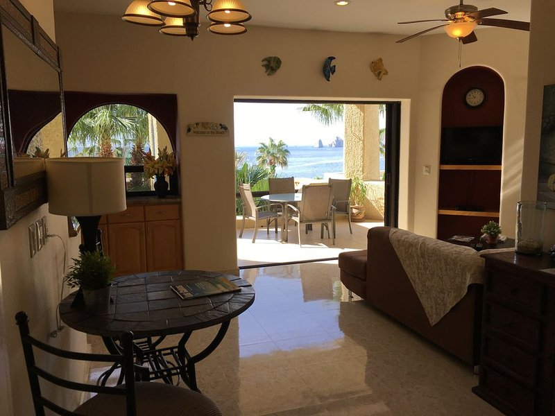 One Bedroom Condo on the Beach,  Wi-Fi, Arch View, BBQ, Dish TV!, location de vacances à Cabo San Lucas