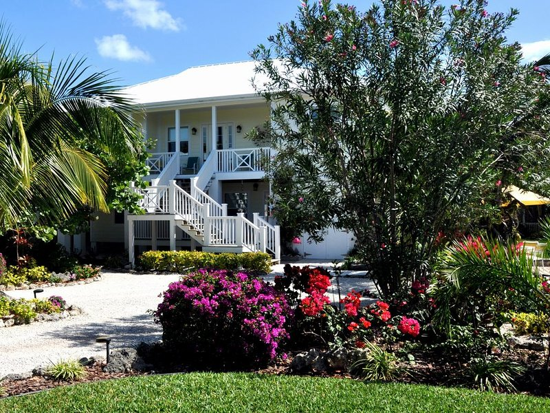 Bananaquit - a Spectacular House Overlooking Bita Bay with pool., location de vacances à Green Turtle Cay