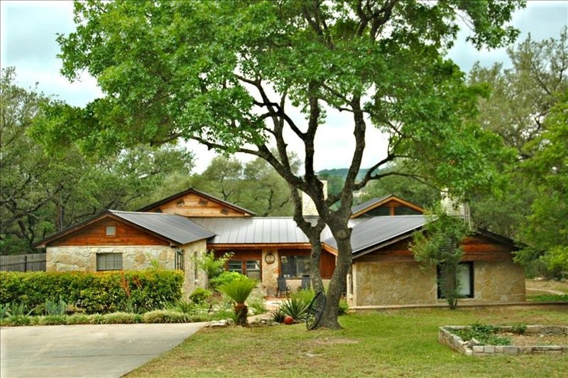 Private On Lake Travis -  Hill Country Retreat / Pool/2 Acres  7 Beds Sleeps 20, holiday rental in Liberty Hill