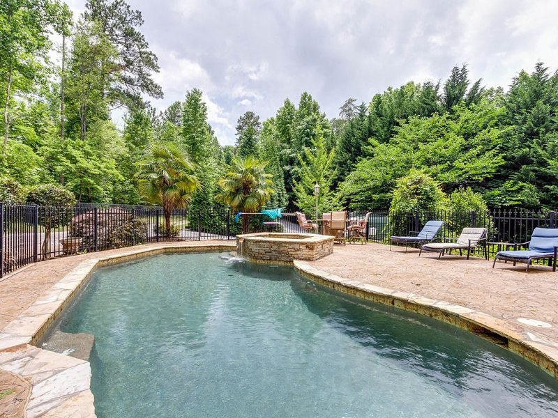 Panoramic Views: Beautiful Pool/Lake Home - Private and Magical - you deserve it, holiday rental in Cumming