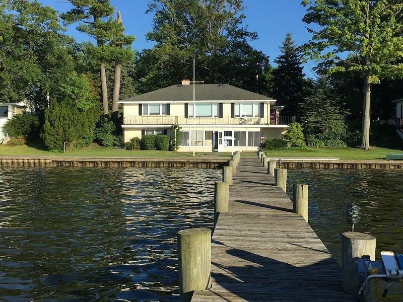 AUGUST AVAILABILITY~ GORGEOUS LAKE VIEWS & DOCK !, casa vacanza a Holland