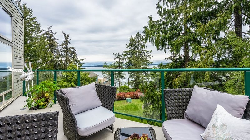 Stunning ocean views, OUTDOOR HEATED POOL, HOT TUB, TENNIS COURT!, holiday rental in Cowichan Valley Regional District