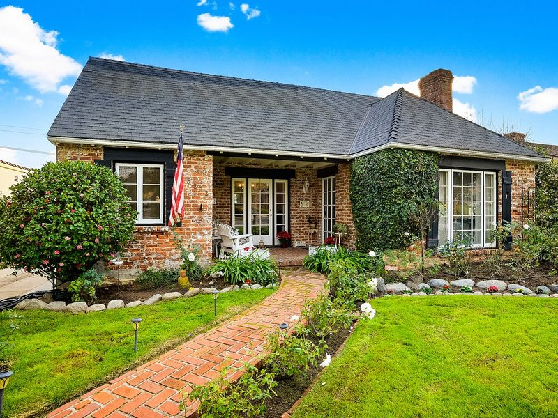Charming Pasadena English Cottage on Tree Lined Street, alquiler de vacaciones en Arcadia