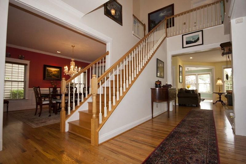 Vista del comedor y escalera que conduce a los dormitorios.