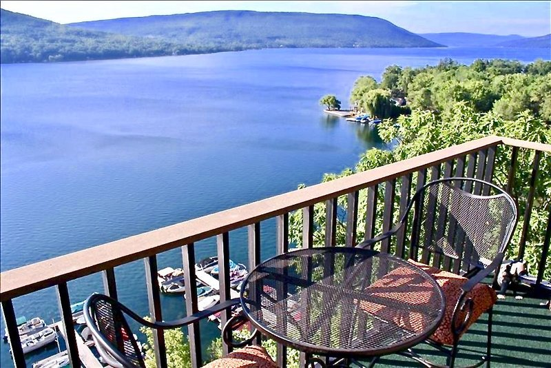 Amazing Canandaigua Lake Retreat.  Rare End Unit!  4 bed/3 bath/1750 sq ft., location de vacances à Naples