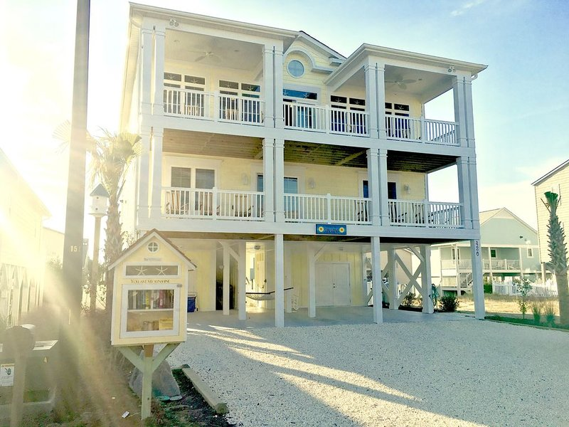 New custom built beach home with a private pool!, aluguéis de temporada em Sunset Beach