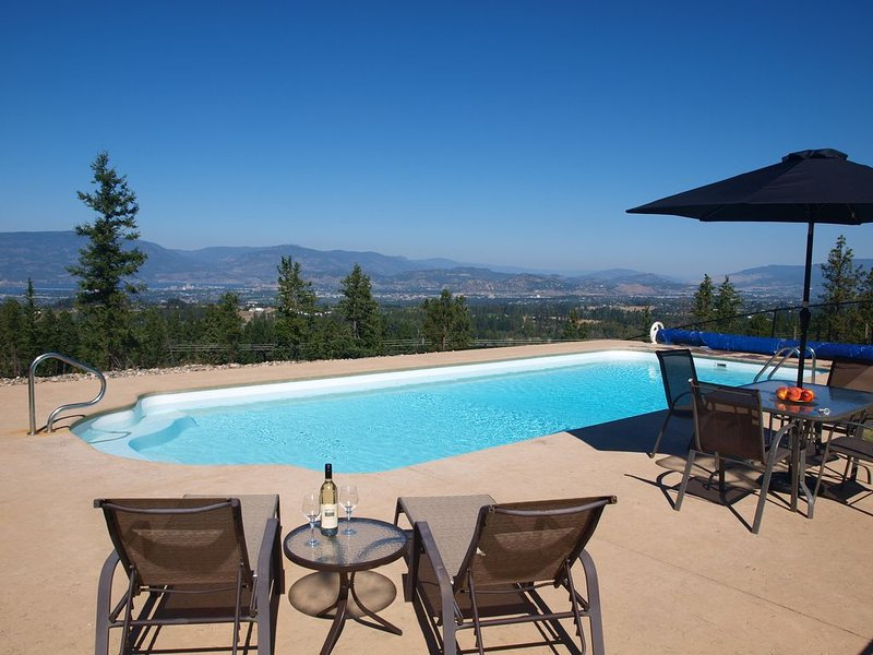 Idyllic getaway with pool, offering panoramic views yet close to everything!, alquiler de vacaciones en Kelowna