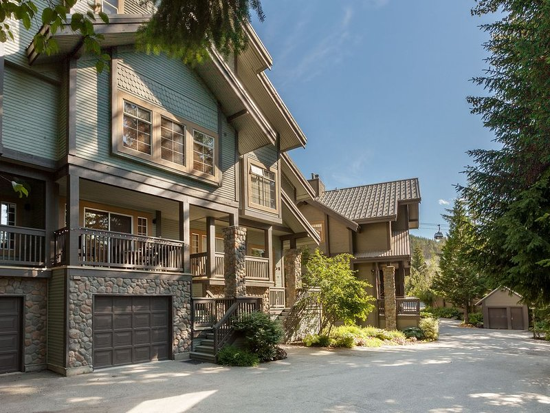 WELCOME HOME!!  Spacious 5 Bedroom Family & Group Friendly SKI-IN Style Townhome, vacation rental in Whistler