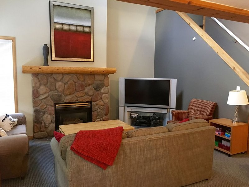 On-Hill Ski-in 3-Bedroom with Private Hot Tub Stone Creek, Fernie, holiday rental in Fernie