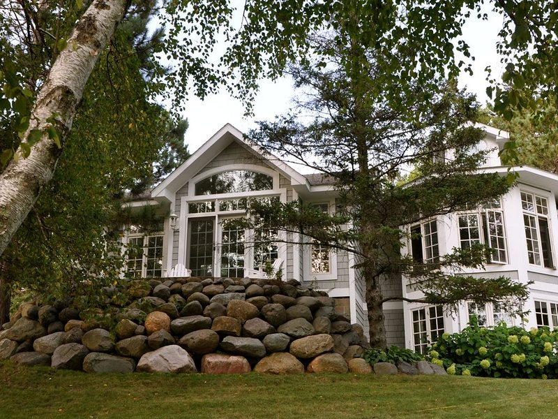 Award Winning Home On Nelson Lake ~ 400 Feet Of Private Lakeshore!, alquiler de vacaciones en Hayward
