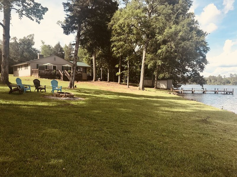 400' of shoreline/ private dock & boat ramp - Spring and summer dates!, holiday rental in Waterloo
